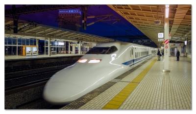 Shinkansen (新幹線), bremst ab....